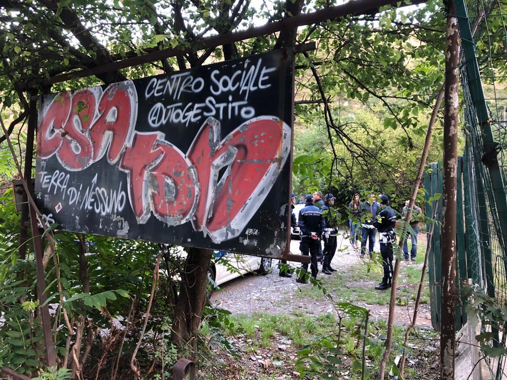 La polizia locale sgombera il centro sociale Terra di nessuno